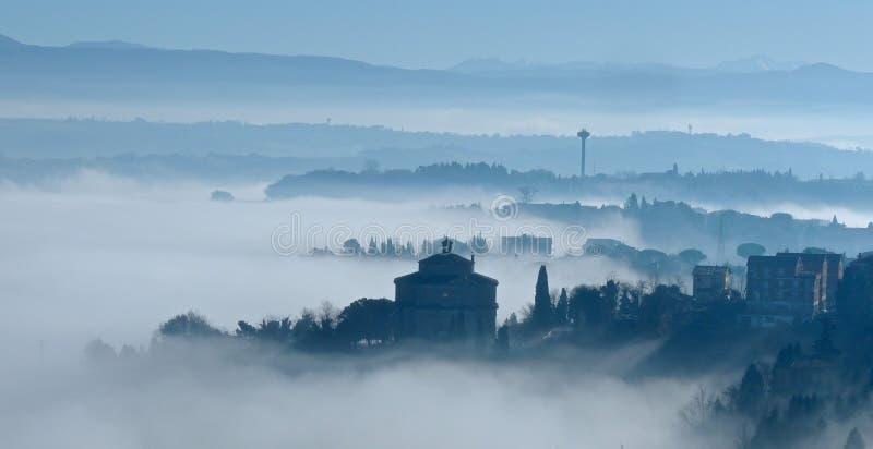 Névoa do amanhecer sobre Itália foto de stock