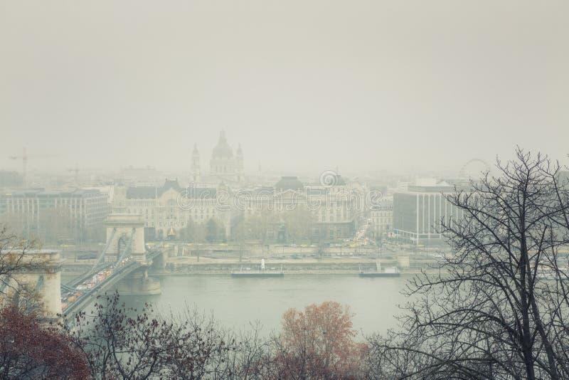 Névoa do inverno de Budapest - opinião da arquitetura da cidade fotografia de stock