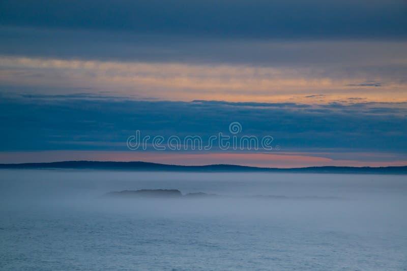 Névoa do nascer do sol na costa de maine fotos de stock royalty free