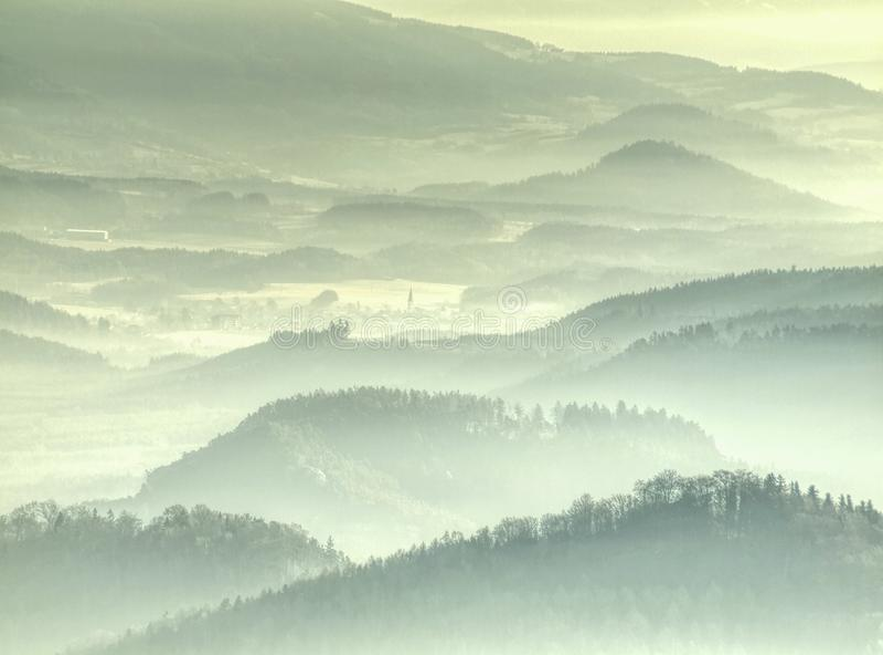 Névoa dourada acima dos montes arredondados na paisagem Esboço da paisagem real foto de stock