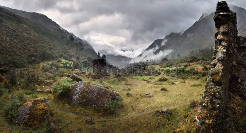 Névoa e chuva em Qolqas Penas nas montanhas peruanas, departamento de Cuzco, Peru fotografia de stock