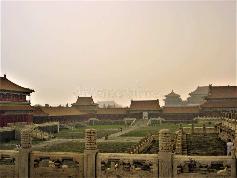 Névoa e história na Cidade Proibida, Pequim, China foto de stock royalty free