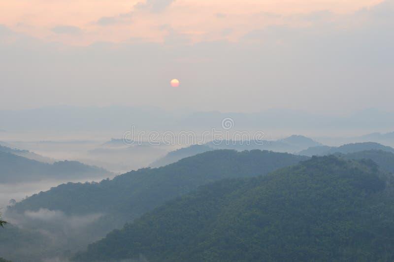 Névoa e montanha da manhã imagem de stock