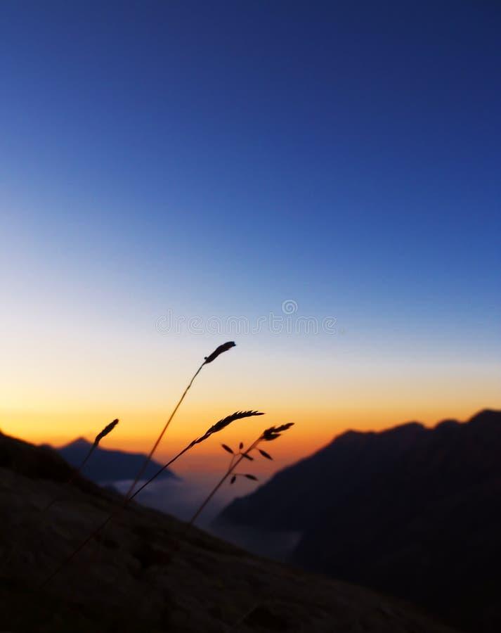 Névoa e montanhas no por do sol imagens de stock royalty free