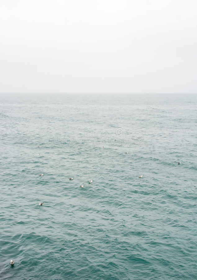 Névoa e nuvens que pairam sobre o oceano fotos de stock royalty free