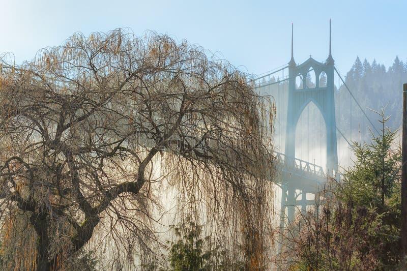 A névoa encobriu a ponte Portland Oregon de St Johns imagens de stock royalty free