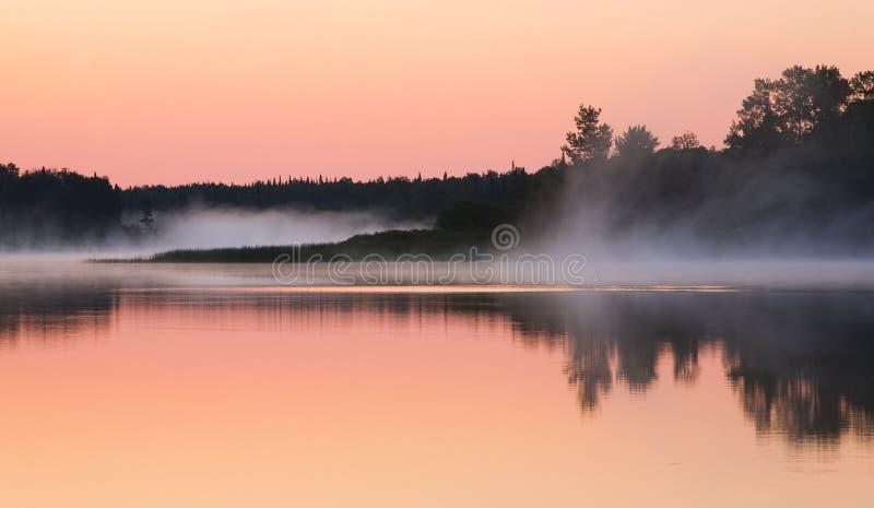 A névoa move-se com uma manhã imóvel imagens de stock