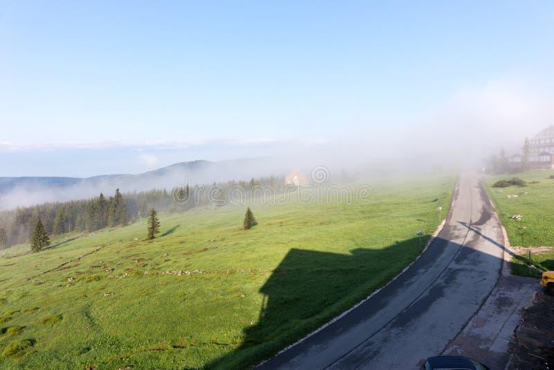 Névoa na manhã no parque nacional Krkonose Rep?blica checa imagem de stock