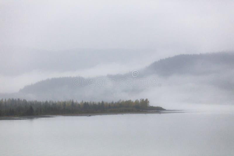 Névoa nevoenta da paisagem no lago na manhã - dia de inverno frio do outono em Alaska fotos de stock