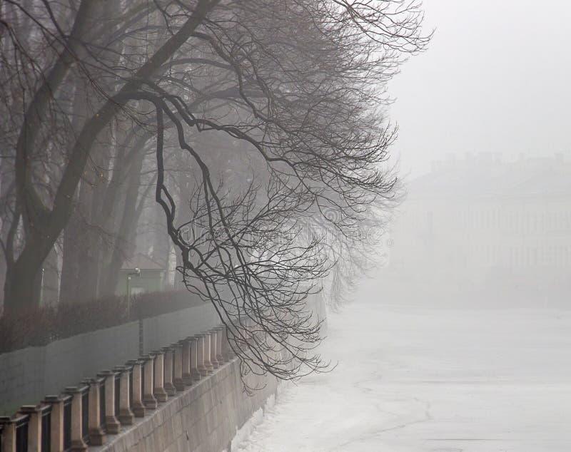 Névoa no rio de Fontanka foto de stock