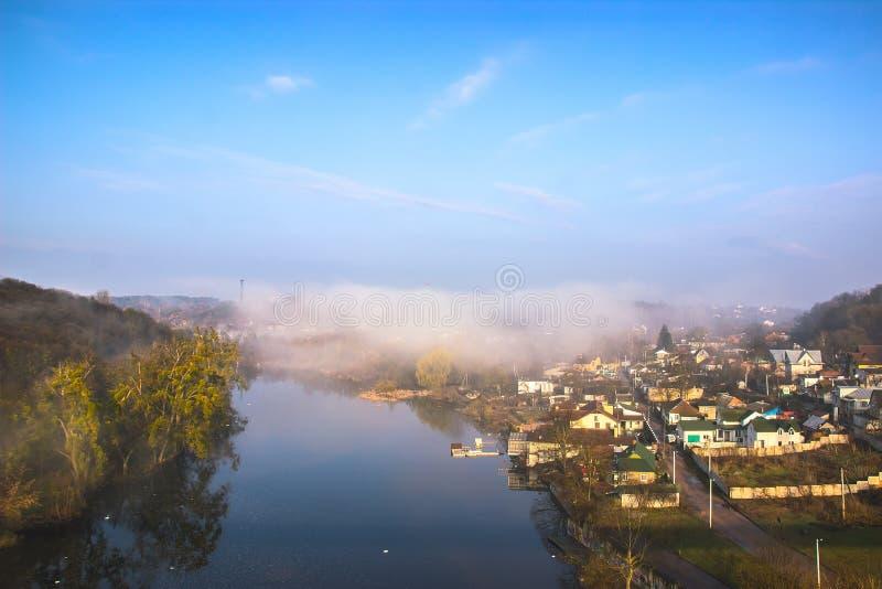 Névoa no rio rural da manhã foto de stock royalty free