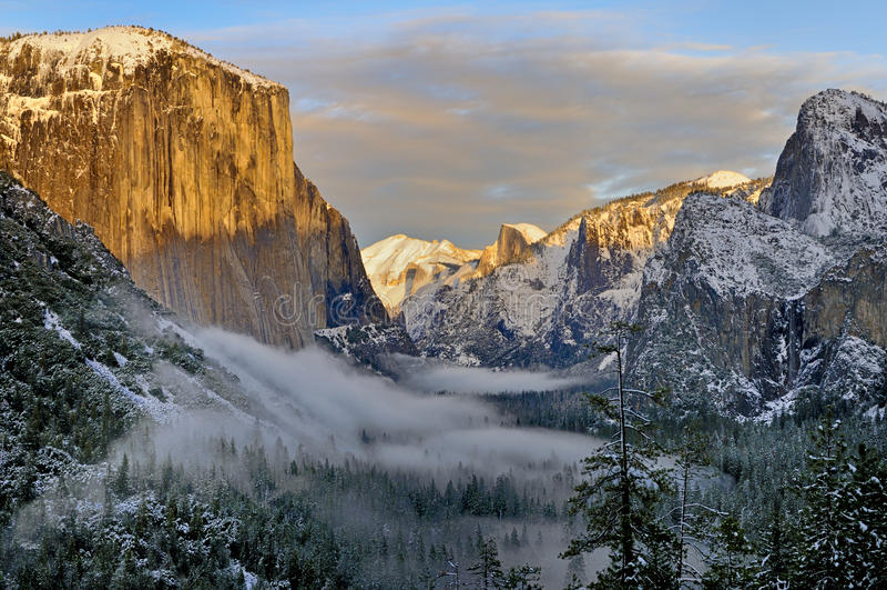 Névoa no vale de Yosemite com EL Capitan e meia abóbada, parque nacional de Yosemite fotos de stock royalty free