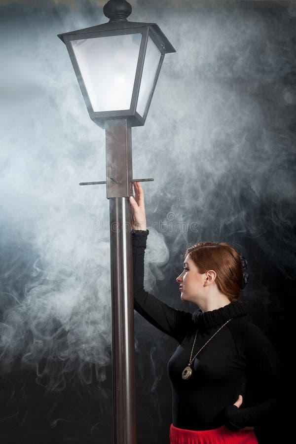 Névoa noir da lanterna da rua da mulher do filme foto de stock