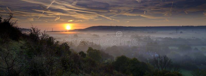 Névoa outonal do amanhecer sobre a vila do leste de Meon com monte de Butser e as penas sul no fundo, penas sul nacionais imagem de stock