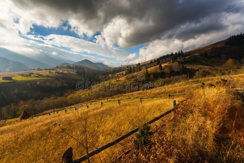 Névoa que cobre as florestas da montanha fotografia de stock