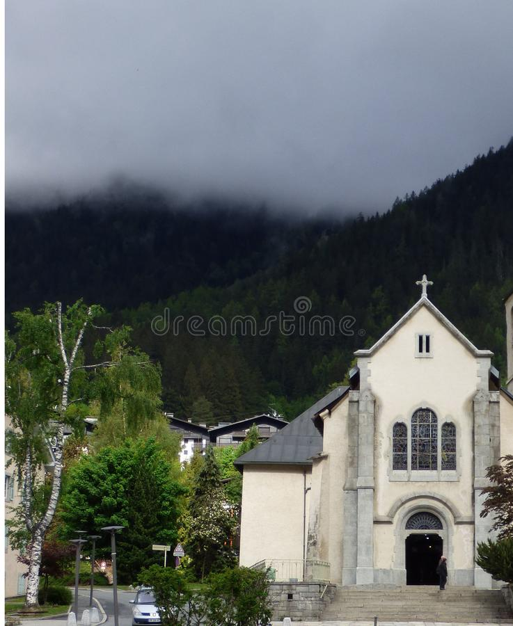 A névoa sinistra pendura sobre a igreja imagem de stock