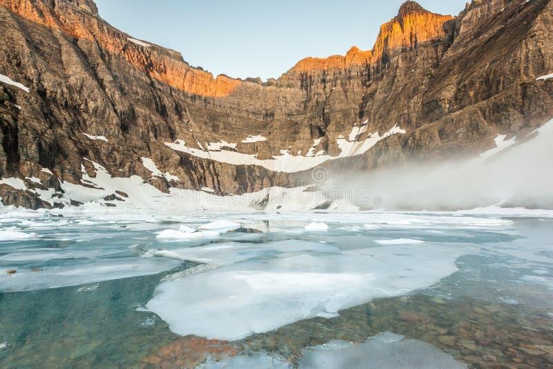 Névoa sobre o lago iceberg, parque nacional de geleira fotografia de stock