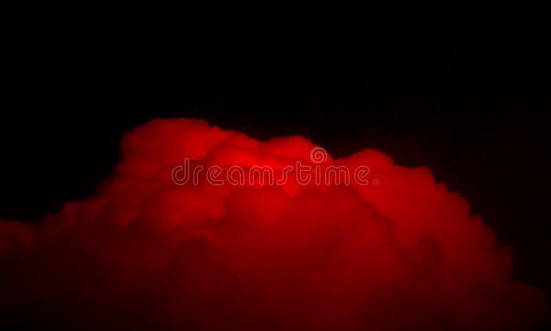 Névoa vermelha abstrata da névoa do fumo em um fundo preto ilustração do vetor