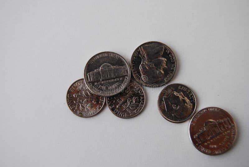 Níqueis e moedas americanas das moedas de dez centavos no fundo branco fotografia de stock royalty free