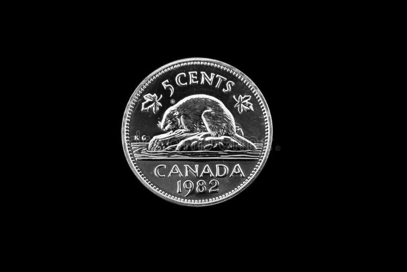 Níquel canadiense viejo en un fondo negro fotos de archivo