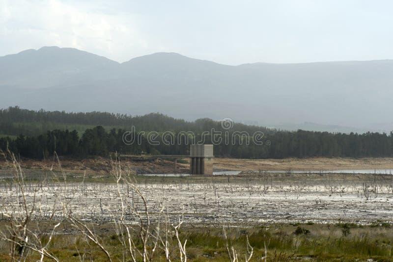 Níveis de maré baixa na represa de Theewaterskloof, cabo ocidental fotografia de stock