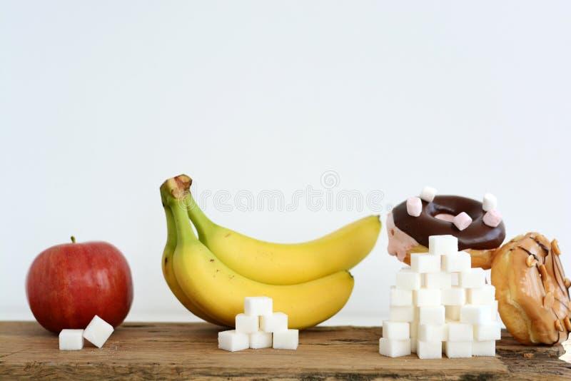 Nível diferente de açúcar no alimento, conceito dos hábitos comendo imagem de stock