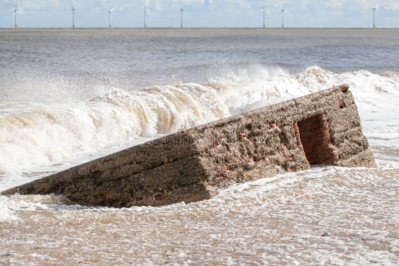 Nível do mar de aumentação Praia da inundação da onda e tragar W histórico imagens de stock