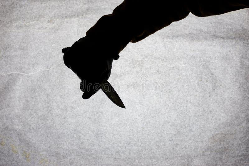 Nóż w ręce która jest gotowa atakować jego ofiary mężczyźni Łamać przestępstwo i prawo Atak z nożem Sylwetka na a fotografia stock