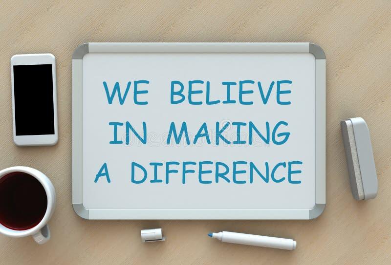 Nós acreditamos em fazer a diferença, em mensagem no whiteboard, no telefone esperto e no café na tabela ilustração royalty free