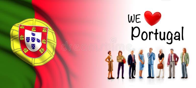 Nós amamos Portugal, pose do grupo de pessoas de A ao lado da bandeira portuguesa imagens de stock