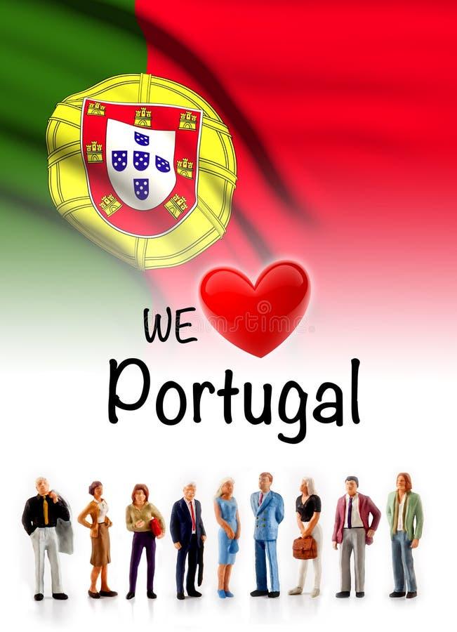 Nós amamos Portugal, pose do grupo de pessoas de A ao lado da bandeira portuguesa foto de stock royalty free