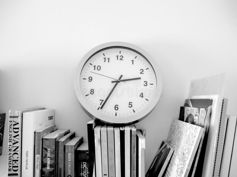 Nós lemos sempre livros até que nós esqueçamos olhar o tempo fotos de stock royalty free
