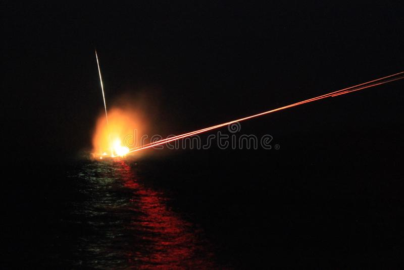 Nós marinha metralhadora de 50 calibres na noite fotografia de stock royalty free