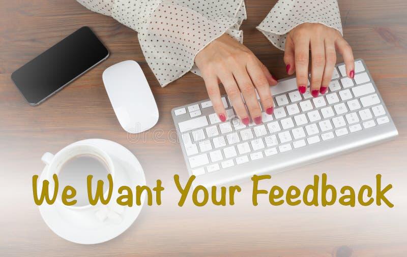 Nós queremos seu feedback Mulher de negócio que trabalha com computador fotografia de stock