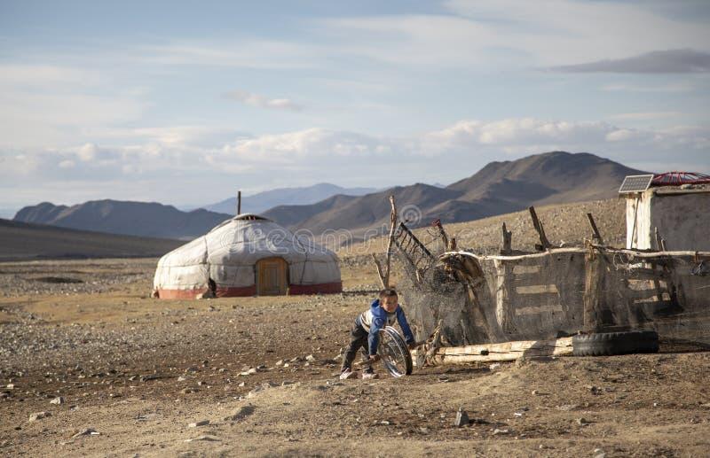 Nômadas Mongolian ger em uma paisagem de Altai Maounaind foto de stock
