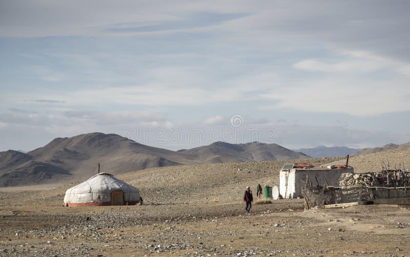 Nômadas Mongolian ger em uma paisagem de Altai Maounaind imagem de stock royalty free