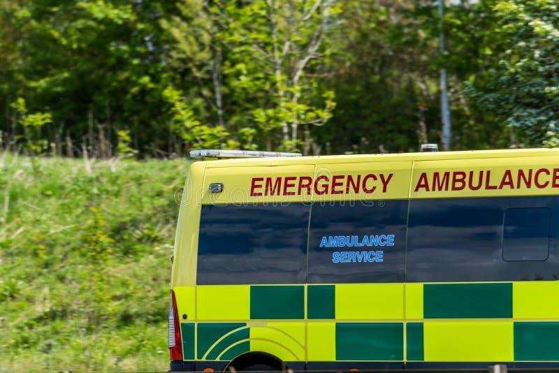 Nöd- ambulansskåpbil på UK-motorwayen i snabb rörelse royaltyfri foto