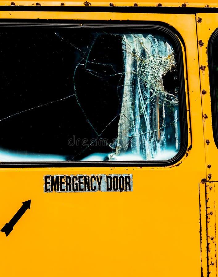 Nöd- dörr med slagit exponeringsglas på den gamla skolbussen royaltyfri fotografi