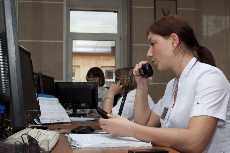 nöd- dispatcher i kontrollrummet arkivbilder