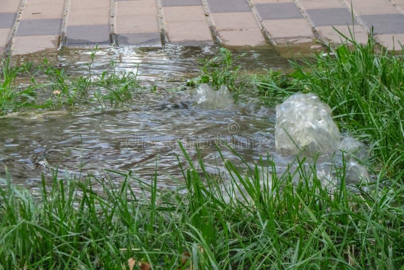 Nöd- kloak Vattenflöden ner trottoaren från avkloppet En olycka i avkloppet arkivbilder