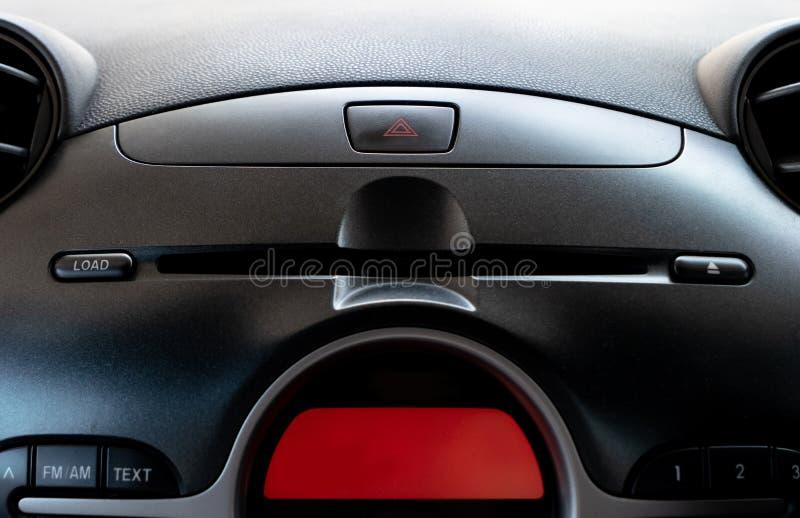 Nöd- knapp för bil och CD-/DVDspelarespringa i chaufförställe royaltyfria foton