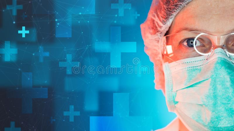 Nöd- medicinspecialist som arbetar i sjukhus för medicinsk klinik royaltyfria bilder