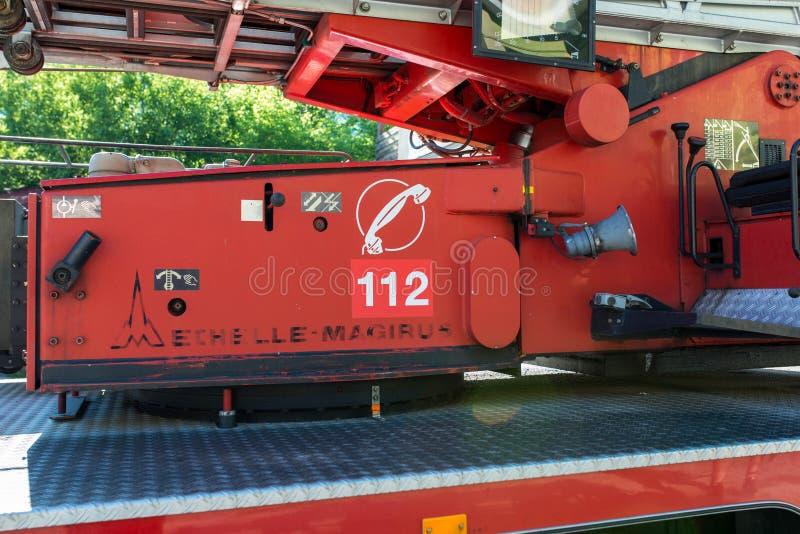 Nöd- nummer på den lokala brandlastbilen arkivbild
