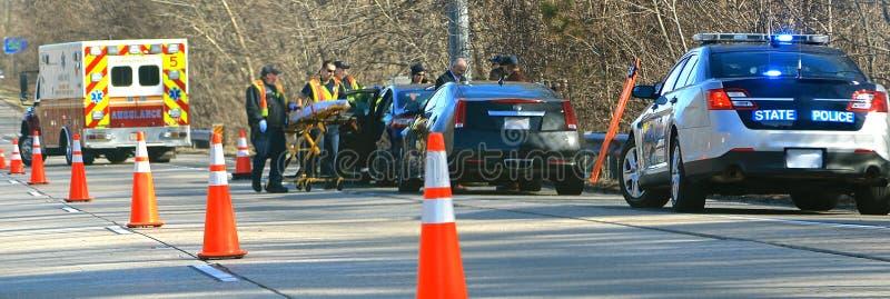 Nöd- personaler reagerar till en huvudvägolycka arkivfoto