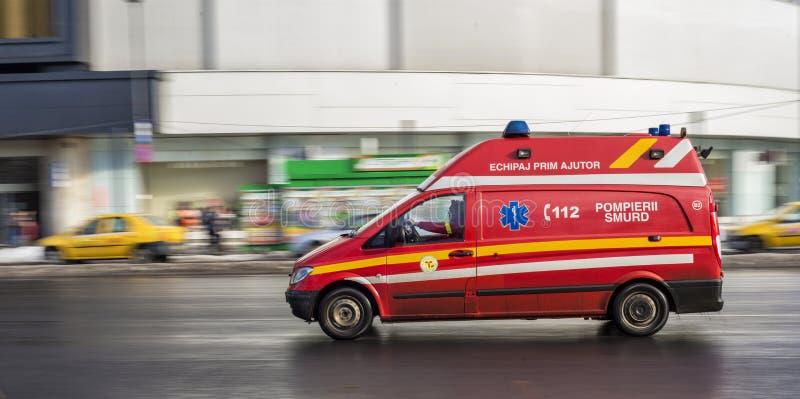 Nöd- räddningsaktionbilspring på gator av Bucharest royaltyfria foton