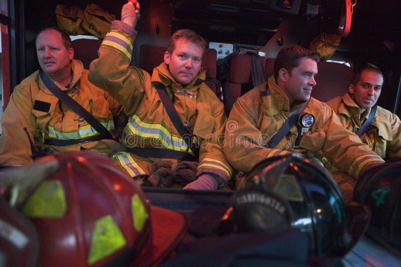 nödlägebrandmän till lopp royaltyfri foto