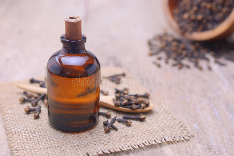 Nödvändig aromkryddnejlikaolja i en glasflaska arkivfoton