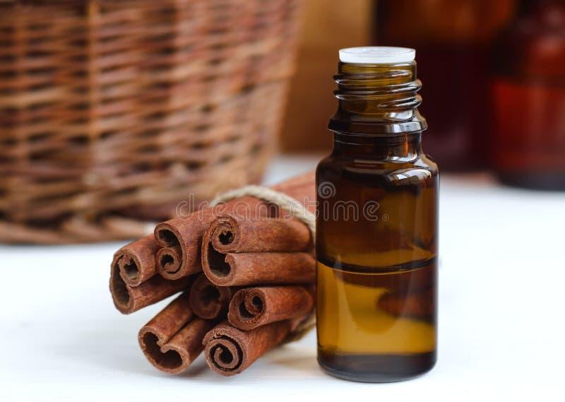 Nödvändig kanelbrun olja arkivfoton