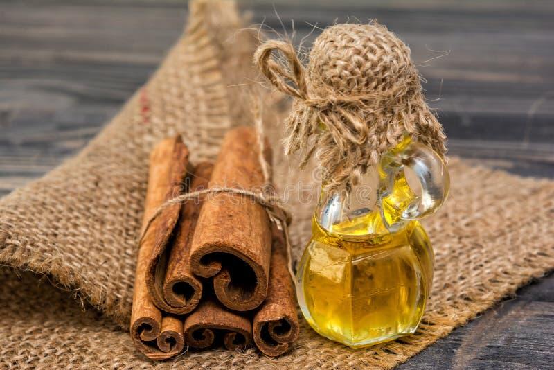 Nödvändig kanelbrun olja royaltyfri bild