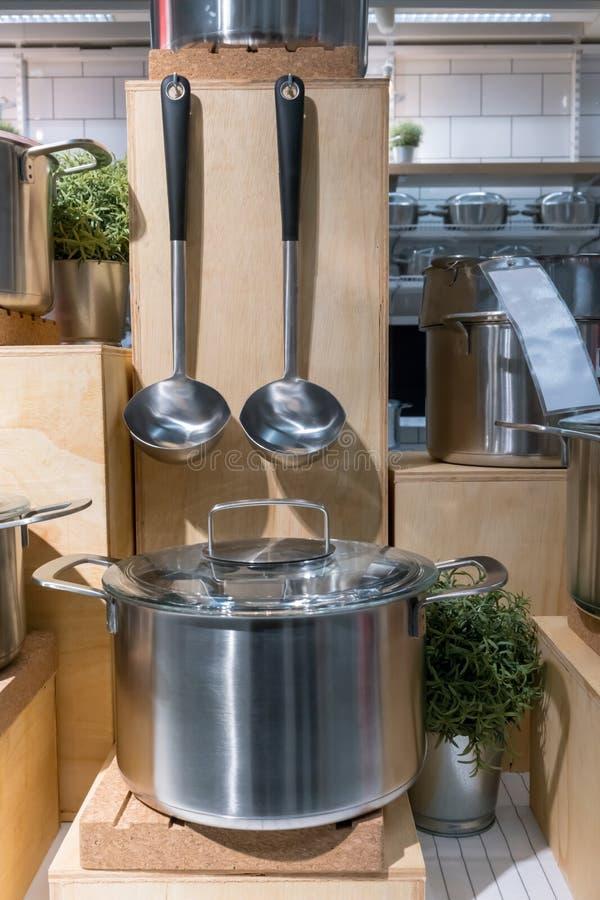 Nödvändig kitchenwareskärm Rostfritt stålspis och soppa l royaltyfri bild